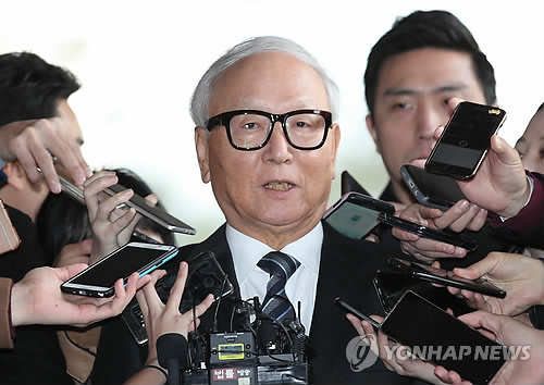 Lee Byong-ho, former director of the National Intelligence Service, answers questions from reporters on Nov. 10, 2017. (Yonhap)