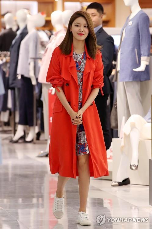 Sooyoung, a member of K-pop girl group Girls' Generation, attends an autograph session to mark the launch of the Spanish-based brand Bimba Y Lola at Lotte Department Store's outlet in southeastern Seoul on April 14, 2017. (Yonhap)