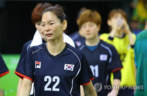 In this file photo taken on Aug. 14, 2016, South Korean handball player Woo Sun-hee leaves the floor after her team was eliminated from the group stage at the 2016 Rio de Janeiro Olympics despite a 28-22 win over Argentina at Futures Arena in Rio de Janeiro. (Yonhap)