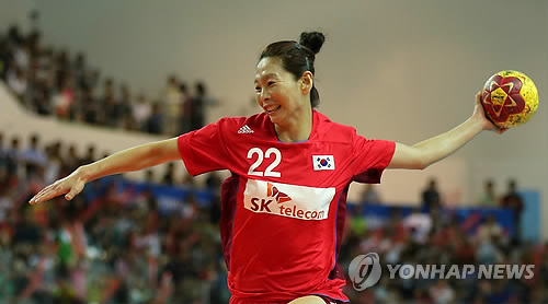 In this file photo taken on Sept. 28, 2014, South Korean handball player Woo Sun-hee attempts a shot against Kazakhstan in the semifinals of the 2014 Incheon Asian Games at Seonhak Handball Gymnasium in Incheon. (Yonhap)
