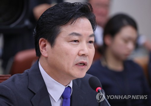 Venture minister nominee Hong Jong-haak speaks during a parliamentary confirmation hearing at the National Assembly in Seoul on Nov. 10, 2017. (Yonhap)