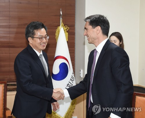 South Korea's Finance Minister Kim Dong-yeon (L) shakes hands with Tarhan Feyzioglu from the International Monetary Fund (IMF) in Seoul on Nov. 10, 2017. (Courtesy of the Ministry of Strategy and Finance)
