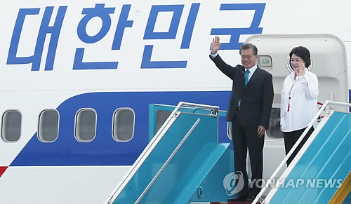 South Korean President Moon Jae-in waves, along with his wife Kim Jung-sook, after arriving in Danang, Vietnam on Nov. 10, 2017, for the Asia-Pacific Economic Cooperation summit. (Yonhap)