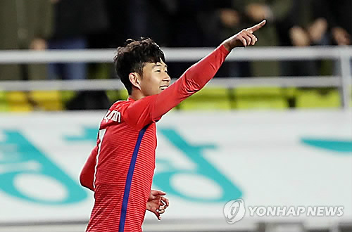South Korean forward Son Heung-min celebrates after scoring a goal against Colombia in a friendly match at Suwon World Cup Stadium in Suwon, Gyeonggi Province, on Nov. 10, 2017. (Yonhap)