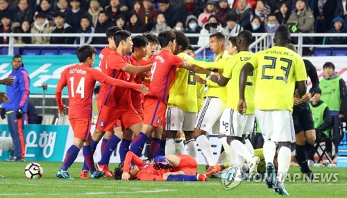 Players from South Korea (in red) and Colombia get tangled up during a stoppage of play in their friendly football match at Suwon World Cup Stadium in Suwon, Gyeonggi Province, on Nov. 10, 2017. (Yonhap)