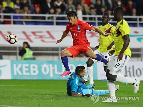 South Korean forward Lee Keun-ho (C) goes airborne against Colombia during the teams' friendly football match at Suwon World Cup Stadium in Suwon, Gyeonggi Province, on Nov. 10, 2017. (Yonhap)