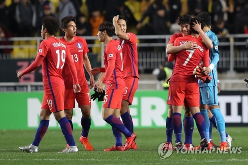 South Korean players celebrate their 2-1 victory over Colombia in a men's football friendly match at Suwon World Cup Stadium in Suwon, Gyeonggi Province, on Nov. 10, 2017. (Yonhap)