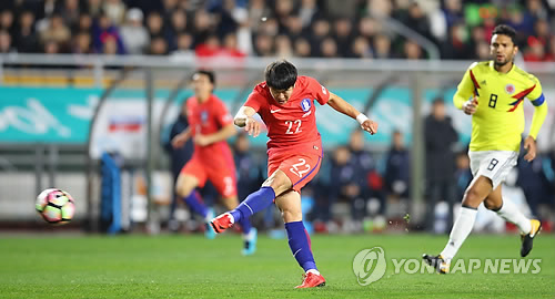 Kwong Chang-hoon of South Korea takes a shot against Colombia in the teams' football friendly match at Suwon World Cup Stadium in Suwon, Gyeonggi Province, on Nov. 10, 2017. (Yonhap)