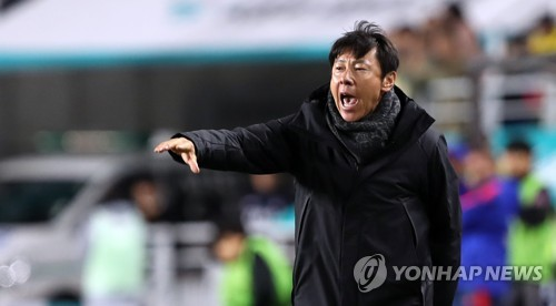 South Korea's national football team head coach Shin Tae-yong gives direction to his players during their friendly match against Colombia at Suwon World Cup Stadium in Suwon, Gyeonggi Province, on Nov. 10, 2017. (Yonhap)