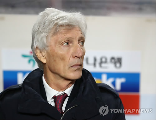 Colombia football coach Jose Pekerman watches the friendly match against South Korea at Suwon World Cup Stadium in Suwon, Gyeonggi Province, on Nov. 10, 2017. (Yonhap)