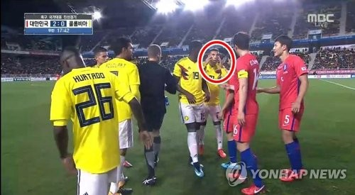 In this image captured during an MBC telecast of the men's football friendly match between South Korea and Colombia on Nov. 10, 2017, Colombian player Edwin Cardona makes an apparent racist gesture at South Korean players at Suwon World Cup Stadium in Suwon, Gyeonggi Province, on Nov. 10, 2017. (Yonhap)