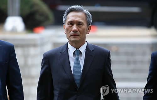 Ex-Defense Minister Kim Kwan-jin is shown in this photo filed on Nov. 10, 2017, as he arrives at the Seoul Central District Court for his arraignment hearing over his alleged engagement in illegal political activities. (Yonhap)