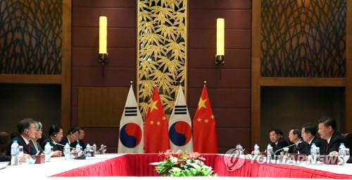 South Korean President Moon Jae-in (L) and Chinese President Xi Jinping (R) hold their second bilateral summit in Danang, Vietnam on Nov. 11, 2017. (Yonhap)