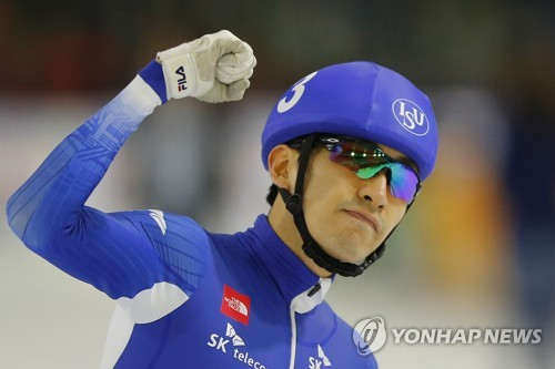 In this Associated Press photo, Lee Seung-hoon of South Korea celebrates his victory at the men's mass start in the opening leg of the International Skating Union World Cup Speed Skating in Heerenveen, Netherlands, on Nov. 11, 2017. (Yonhap)