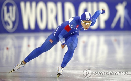 In this Associated Press photo, Lee Sang-hwa of South Korea competes in the women's 500m in the opening leg of the International Skating Union World Cup Speed Skating in Heerenveen, Netherlands, on Nov. 11, 2017. (Yonhap)