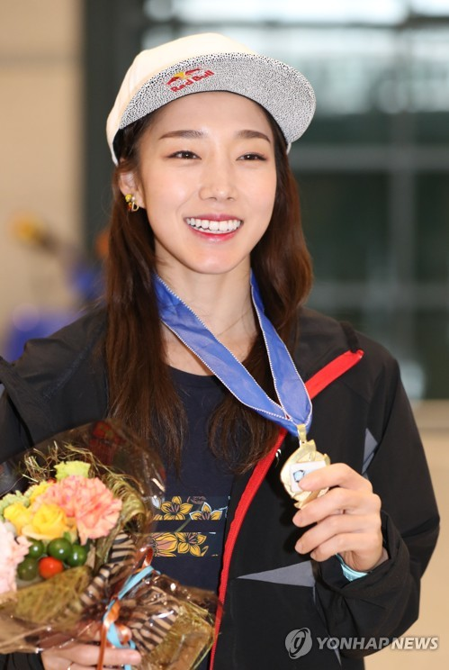 In this file photo taken on Aug. 28, 2017, South Korean professional sport climber Kim Ja-in shows her gold medal from the IFSC Lead World Cup after arriving at Incheon International Airport in Incheon. (Yonhap)