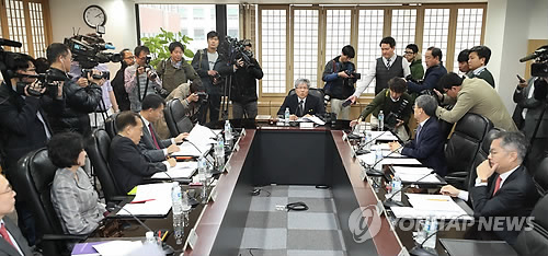 Lee Wan-gi, chairman of the board of the Foundation for Broadcast Culture, presides over the foundation's eighth extraordinary board meeting to discuss whether to dismiss MBC president Kim Jang-kyom at its office in Seoul on Nov. 13, 2017. (Yonhap)