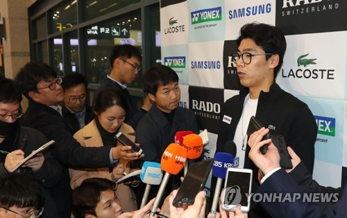 South Korean tennis player Chung Hyeon speaks to reporters at Incheon International Airport on Nov. 13, 2017, after arriving home from Milan, Italy, where he won the Next Generation ATP Finals. (Yonhap)