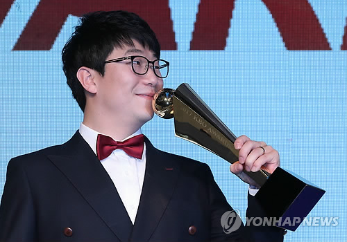 In this file photo taken on Nov. 6, 2017, Yang Hyeon-jong of the Kia Tigers kisses the regular season MVP trophy at the annual Korea Baseball Organization awards ceremony in Seoul. (Yonhap)