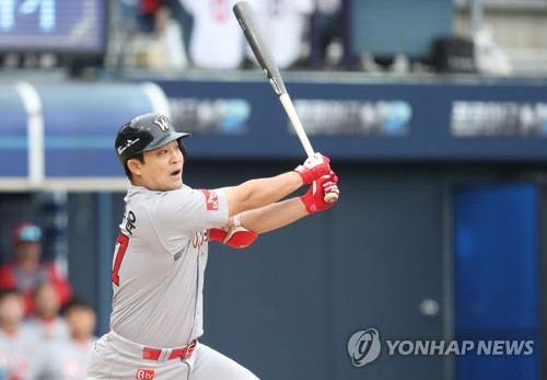 In this file photo taken on Oct. 5, 2017, Jung Eui-yoon of the SK Wyverns hits an RBI single against the NC Dinos in the top of the third inning of their Korea Baseball Organization wild card game at Masan Stadium in Changwon, South Gyeongsang Province. (Yonhap)