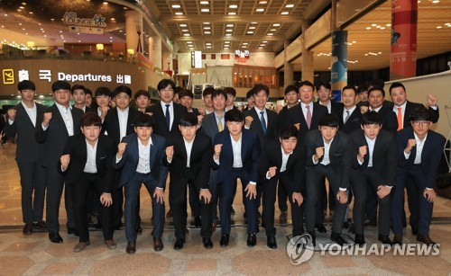 Members of the South Korean national baseball team pose for pictures at Gimpo International Airport in Seoul on Nov. 14, 2017, before departing for Tokyo for the Asia Professional Baseball Championship. (Yonhap)