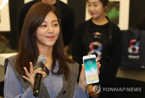 A model poses with Apple Inc.'s iPhone 8 during a release ceremony hosted by South Korea's No. 1 mobile carrier, SK Telecom Co., in this photo released by the company Nov. 3, 2017. (Yonhap)