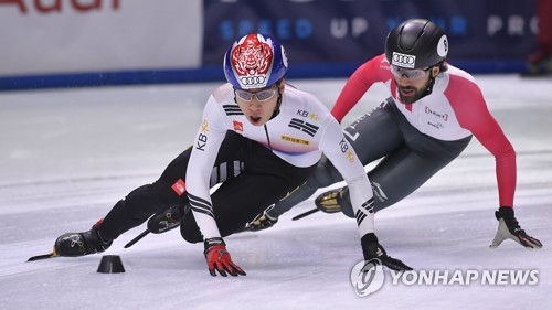In this Associated Press photo taken Oct. 1, 2017, South Korea's Hwang Dae-heon (L) battles Charles Hamelin of Canada in the men's 1,000 meters during the first leg of the International Skating Union (ISU) World Cup Short Track Speed Skating season at BOK Sports Hall in Budapest. (Yonhap)
