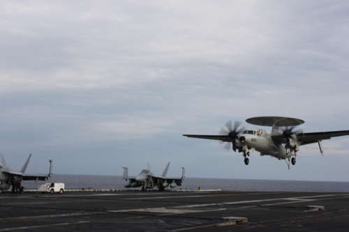 An E-2 Hawkeye airborne early warning aircraft returns to the USS Ronald Reagan (CVN-76) operating in the East Sea on Nov. 13, 2017. (Yonhap)