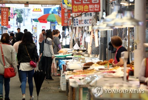 In this file photo taken Oct. 1, 2017, a traditional market in Seoul is busy with shoppers, with Chuseok, the autumn harvest celebration, just three days away. People prepare special foods for a ritual honoring family ancestors on that day. (Yonhap)