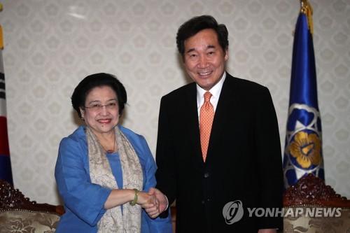 Prime Minister Lee Nak-yon shakes hands with former Indonesian President Megawati Soekarnoputri in Seoul on Nov. 14, 2017. (Yonhap)