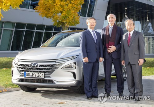 In this photo provided by Hyundai Motor Co. on Nov. 14, 2017, its vice chairman Yang Woong-cheol (L) poses for a photo with Air Liquide Chairman Benoit Potier (C) and Toyota Chairman Takeshi Uchiyamada in Bonn, Germany, after the Korean carmaker was elected to co-chair the Hydrogen Council. (Yonhap)