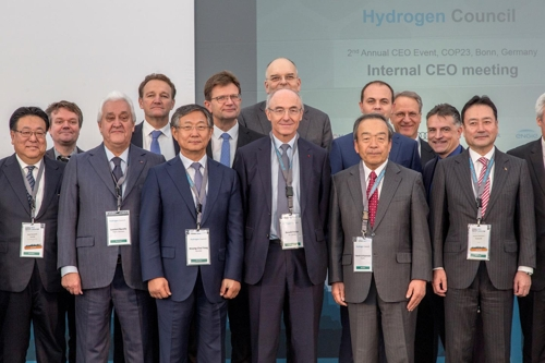 In this photo taken in Bonn, Germany on Monday and provided by Hyundai Motor Co., Hyundai Motor Vice Chairman Yang Woong-chul (3rd from left) stands with other executvies from the auto industry after attending the 2nd annual Hydrogen Council meeting. (Yonhap)