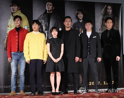"Director Kim Yong-hwa (2nd from R) and main cast of ""Along With the Gods: The Two Worlds"" pose for photographers during a press conference for the film at a Seoul theater on Nov. 14, 2017. (Yonhap)"