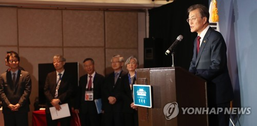 South Korea President Moon Jae-in (R) speaks in a press conference for South Korean journalists at a hotel in Manila, the Philippines on Nov. 14, 2017 on the outcome of his participation in the ASEAN forum. (Yonhap)