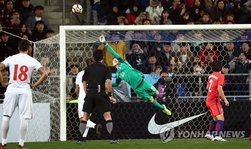 South Korean goalkeeper Jo Hyeon-woo (C) makes a save on a free kick taken by Adem Ljajic of Serbia during the teams' friendly match at Munsu Football Stadium in Ulsan on Nov. 14, 2017. (Yonhap)