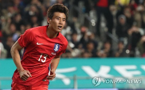 Koo Ja-cheol of South Korea celebrates his penalty kick goal against Serbia during the teams' friendly match at Munsu Football Stadium in Ulsan on Nov. 14, 2017. (Yonhap)