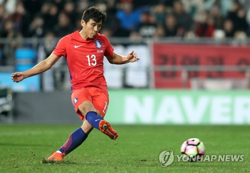 South Korea's national football team player Koo Ja-cheol takes a penalty kick during a friendly match against Serbia at Munsu Football Stadium in Ulsan on Nov. 14, 2017. (Yonhap)