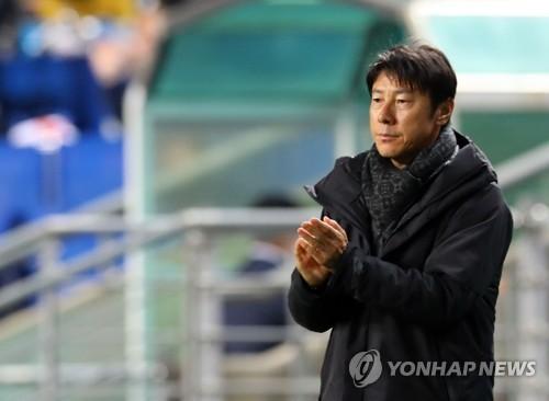 South Korea national football team head coach Shin Tae-yong claps his hands during the friendly match against Serbia at Munsu Football Stadium in Ulsan on Nov. 14, 2017. (Yonhap)