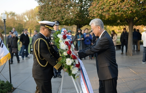 In this photo provided by the South Korean Embassy in Washington, Amb. Cho Yoon-je (R) places a wreath at the Korean War Veterans Memorial in Washington on Nov. 14, 2017. (Yonhap)