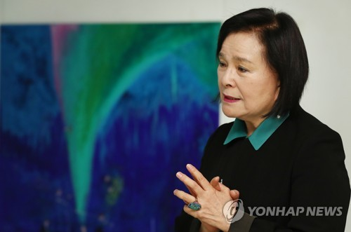 "Artist Jun Myung-ja talks during a press briefing on her new solo exhibition ""Over the Aurora"" at Sun Gallery in Seoul on Nov. 17 (Yonhap)"