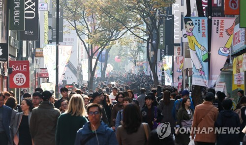 Pedestrians and shoppers in downtown Seoul. (Yonhap)