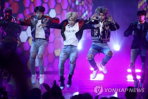 "In this AP photo, BTS performs ""DNA"" at the American Music Awards at the Microsoft Theater in Los Angeles on Nov. 19, 2017. (Yonhap)"