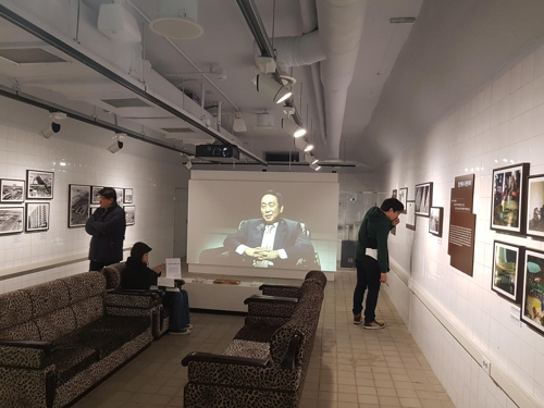 Visitors view what is believed to be a VIP room, possibly built for the late former President Park Chung-hee, at an underground bunker that has been turned into an art gallery in Seoul, South Korea on Nov. 21, 2017. (Yonhap)