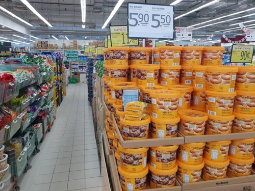 In this photo taken Oct. 4, 2017, Emart's No Brand PB products are on display at a Fair Prize Xtra discount store in Jurong Point, Singapore. (Yonhap)