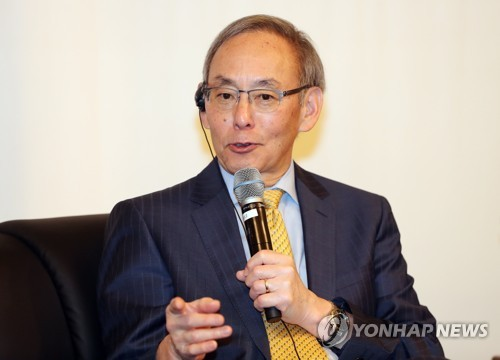 Steven Chu, former energy secretary of the United Sates, talks during a forum hosted by the KAIST on Nov. 23, 2017. (Yonhap)