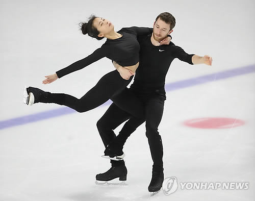 South Korean ice dance team of Min Yu-ra (L) and Alexander Gamelin  practice at Mokdong Ice Rink in Seoul on Nov. 30, 2017, ahead of the national qualifying competition for the 2018 PyeongChang Winter Olympics. (Yonhap)
