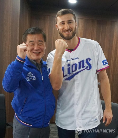 In this photo provided by the Samsung Lions baseball club, Tim Adleman (R), the Korea Baseball Organization (KBO) club's new pitcher, poses with the club president Kim Dong-hwan after signing his contract at Daegu Samsung Lions Park in Daegu on Nov. 30, 2017. (Yonhap)