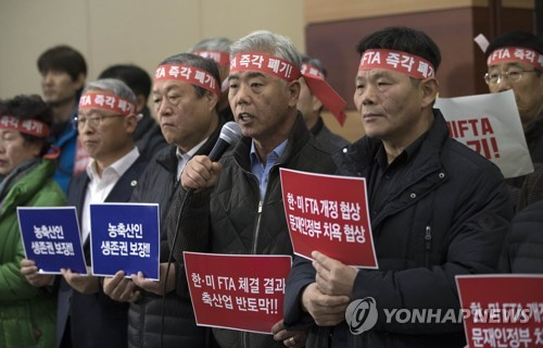 Kim Hong-kil, the chief of the national Korean beef association, speaks during a press briefing to oppose the renegotiation of the free trade agreement with the United States, ahead of a public hearing held at the Convention and Exhibition Center in southern Seoul on Dec. 1, 2017. (Yonhap)