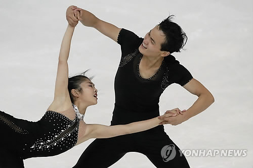 In this Associated Press file photo taken Sept. 29, 2017, North Korean pairs figure skaters Ryom Tae-ok (L) and Kim Ju-sik perform their free skating routine during the Nebelhorn Trophy in Oberstdorf, Germany. (Yonhap)