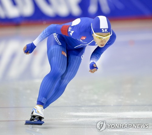 In this EPA photo, Lee Sang-hwa of South Korea skates in the ladies' 500 meters at the International Skating Union (ISU) World Cup Speed Skating in Calgary, Canada, on Dec. 3, 2017. (Yonhap)